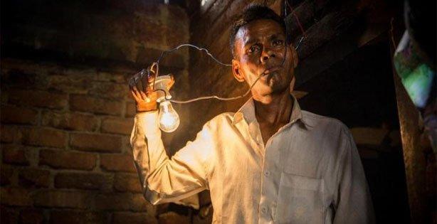 Kumpulan Berita Unik Dan Aneh Di Dunia, pria listrik